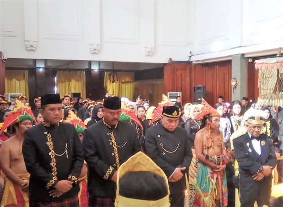 Pemberian Gelar Pangeran Wira Praja kepada Isran Noor, sekaligus pembukaan Acara Pesta Erau Adat Kutai dan international folk arts festival (EIFAF 2018)